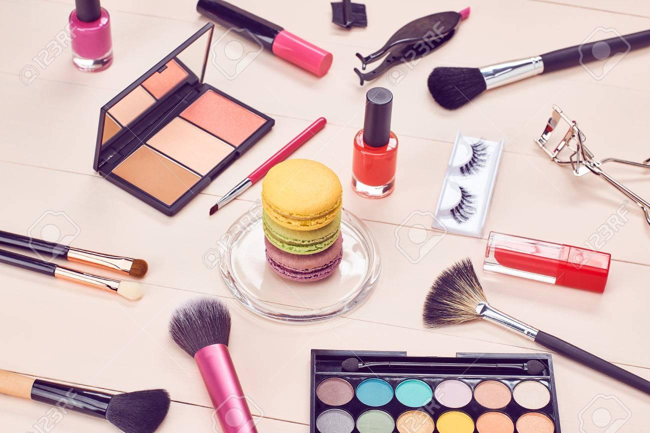 Nature morte, mode femme indispensables cosmétiques. accessoires de  maquillage de beauté. Macarons dessert