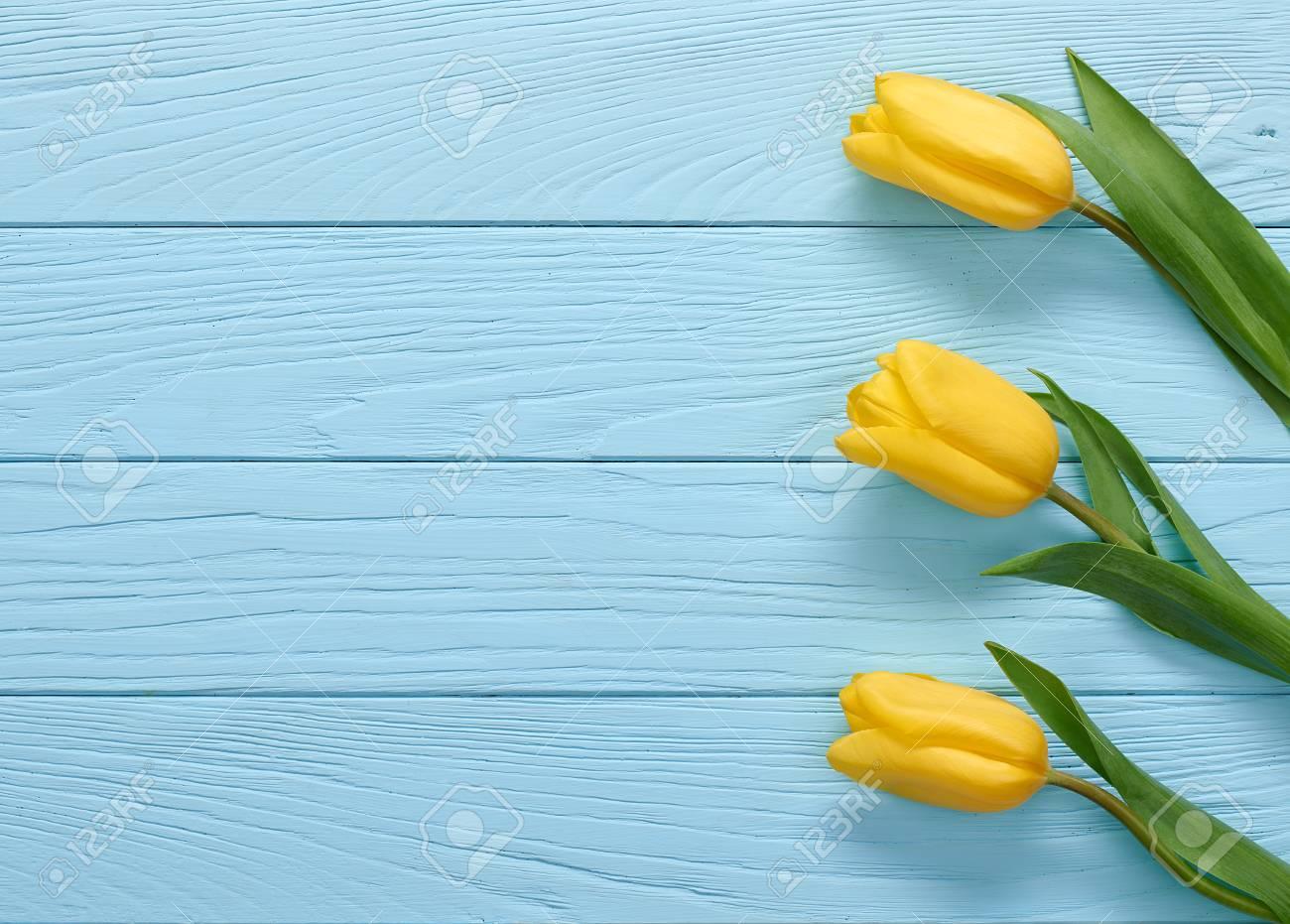 Fondo Dia De La Madre Tulipanes Amarillos En La Madera Azul