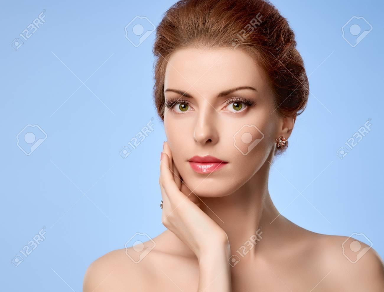 Retrato De La Belleza De La Mujer Desnuda Ojos Verdes Pestañas Piel Perfecta El Maquillaje Natural La Moda Sensual Atractiva Bonita Pelirroja