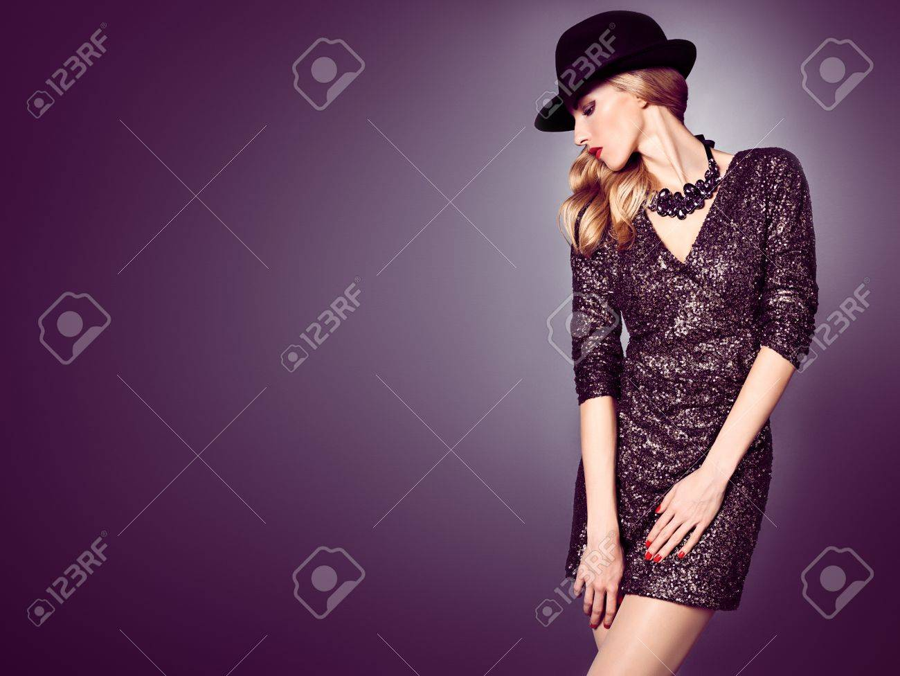 Mujer De Moda En El Vestido Negro De Lentejuelas De Glamour. Señora ...