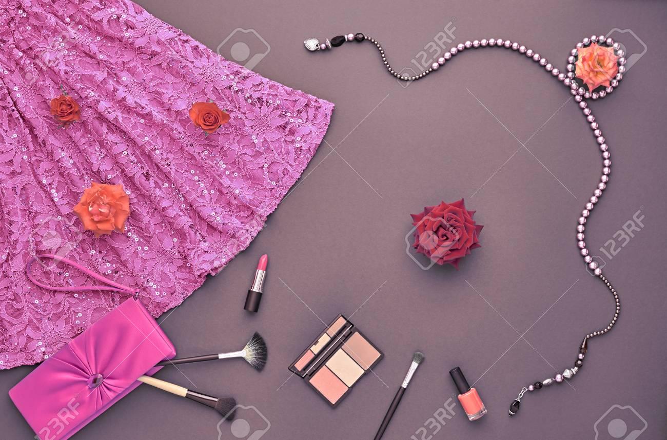 Mujer De Moda Del Vestir Set. La Moda De Maquillaje Cosmético. Moda ...