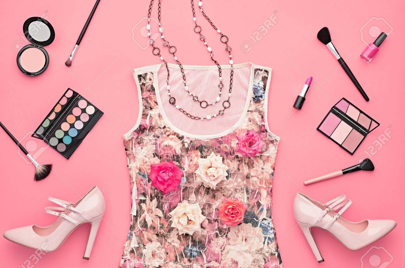 Mujer De Moda Del Vestir Set. La Moda De Maquillaje Cosmético ...
