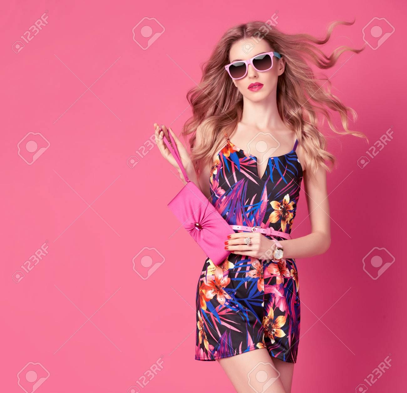 e915e2c2ca7 Mode Femme à La Mode Robe Printemps-Été. Coiffure élégant Ondulé ...