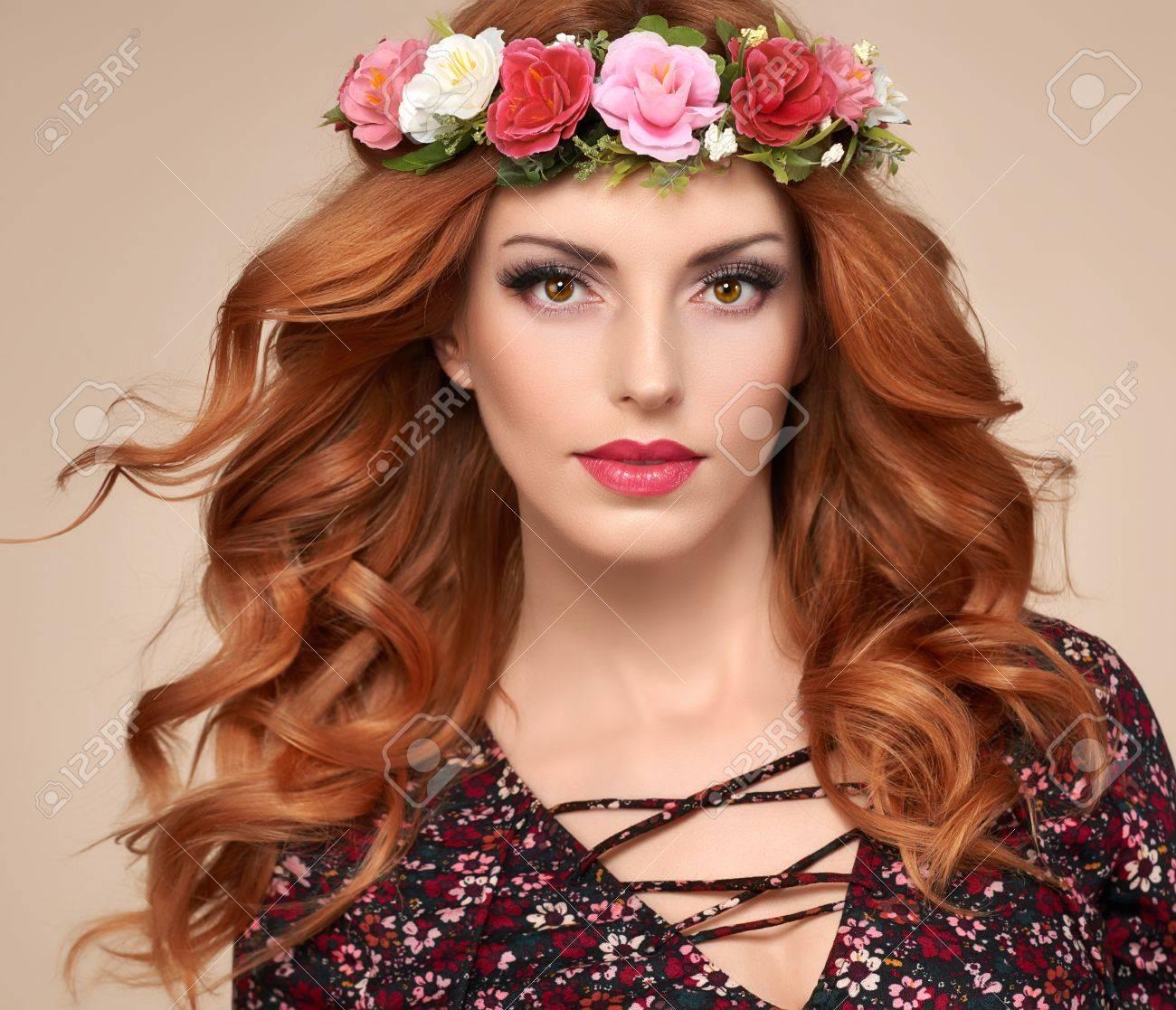 Portrait De Belle Rouquine Frisee En Guirlande De Fleurs Fashion