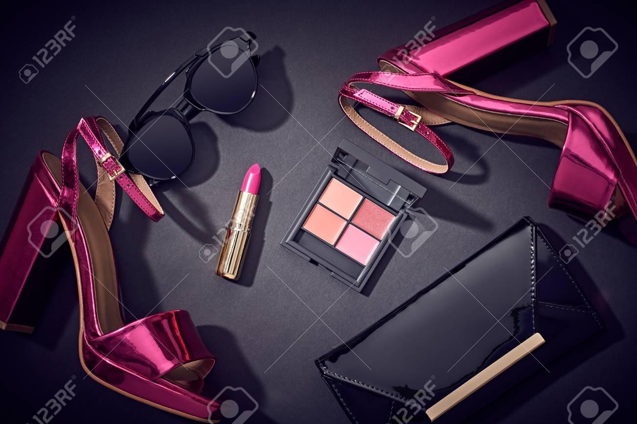 La Moda De Maquillaje Cosmético. Diseño Mujer Set De Accesorios ...