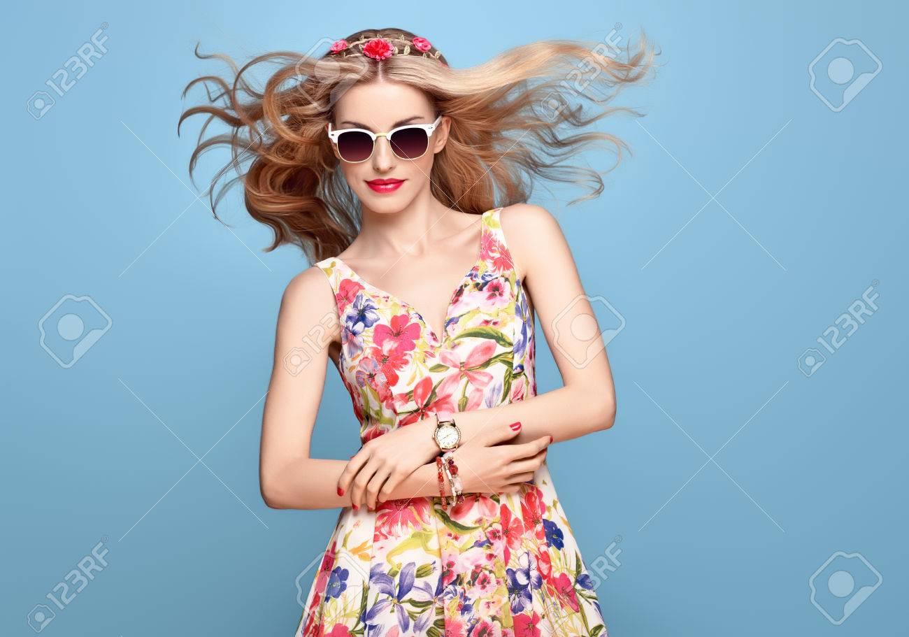 fbb1d7bd017 Mode Beauté. Sensuelle Blonde Sexy Modèle Dans La Mode Pose Souriant. Femme  En Tenue D été. Trendy Floral Dress