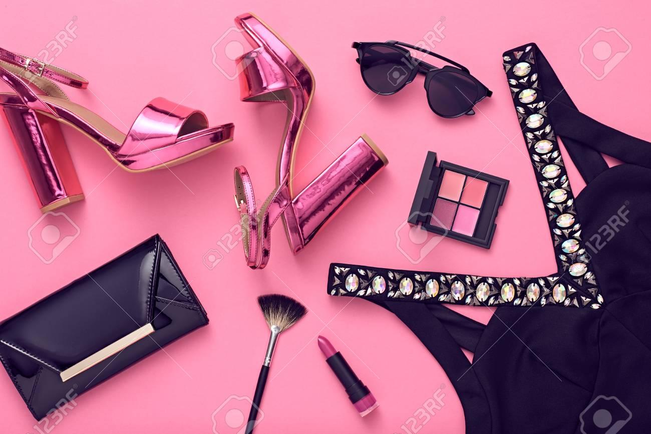 4977501f0 Conjunto De Ropa De Accesorios De Mujer De Diseño De Moda. Maquillaje  Cosmético. Vestido De Moda De La Manera, Gafas De Sol, Bolso Embrayado.