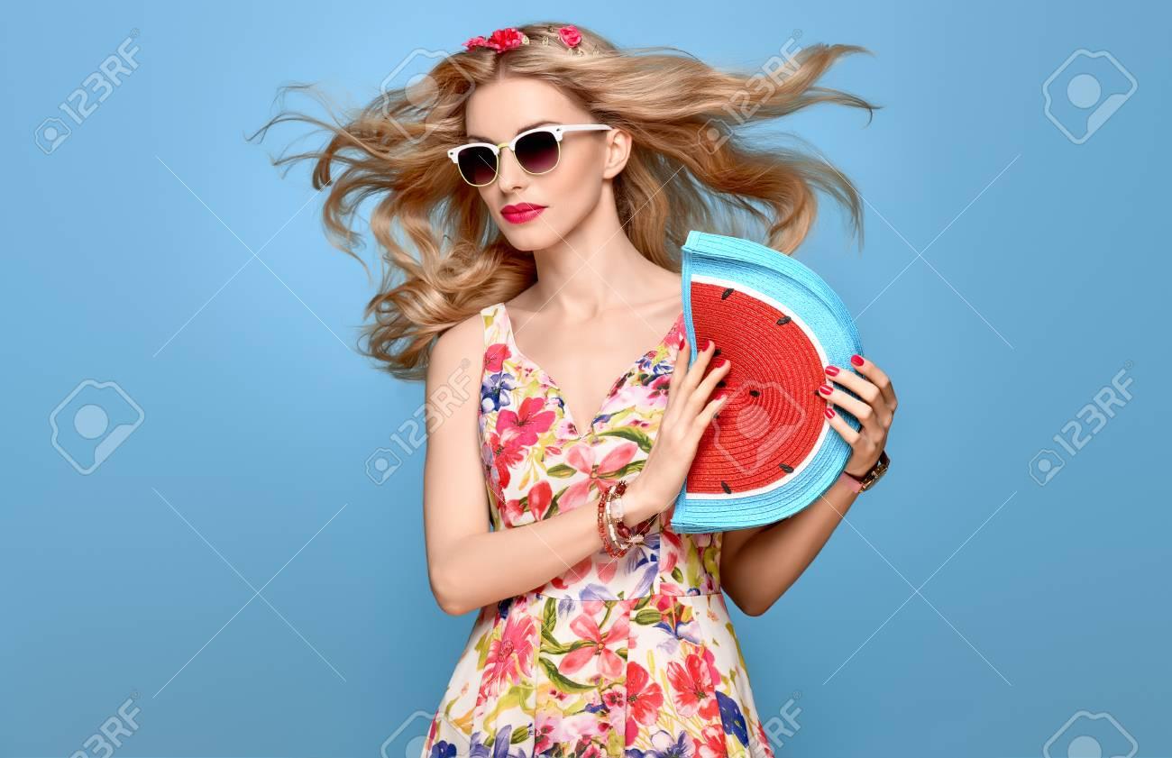 e6dbef7795d Mode Beauté Femme En Tenue D été. Sensuelle Sexy Blonde Modèle En Mode Pose  Souriant. Robe D été Floral à La Mode