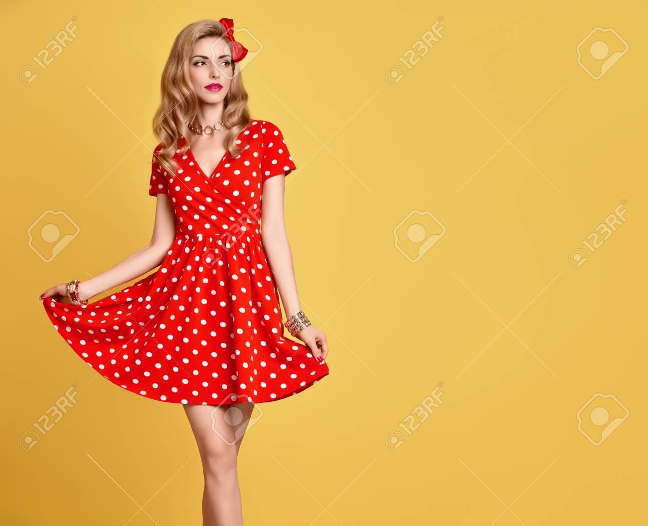 7999d261c91 Beauté De La Mode. PinUp Sensual Blond Girl Sourire En Robe Rouge Lunette  D été. Femme à La Mode Pose. Fashionly Stylish Curly Hairstyle