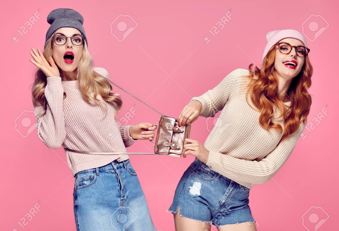 Dos Mujeres Jóvenes Sorprendidas Sonriendo Divertirse Loco Moda