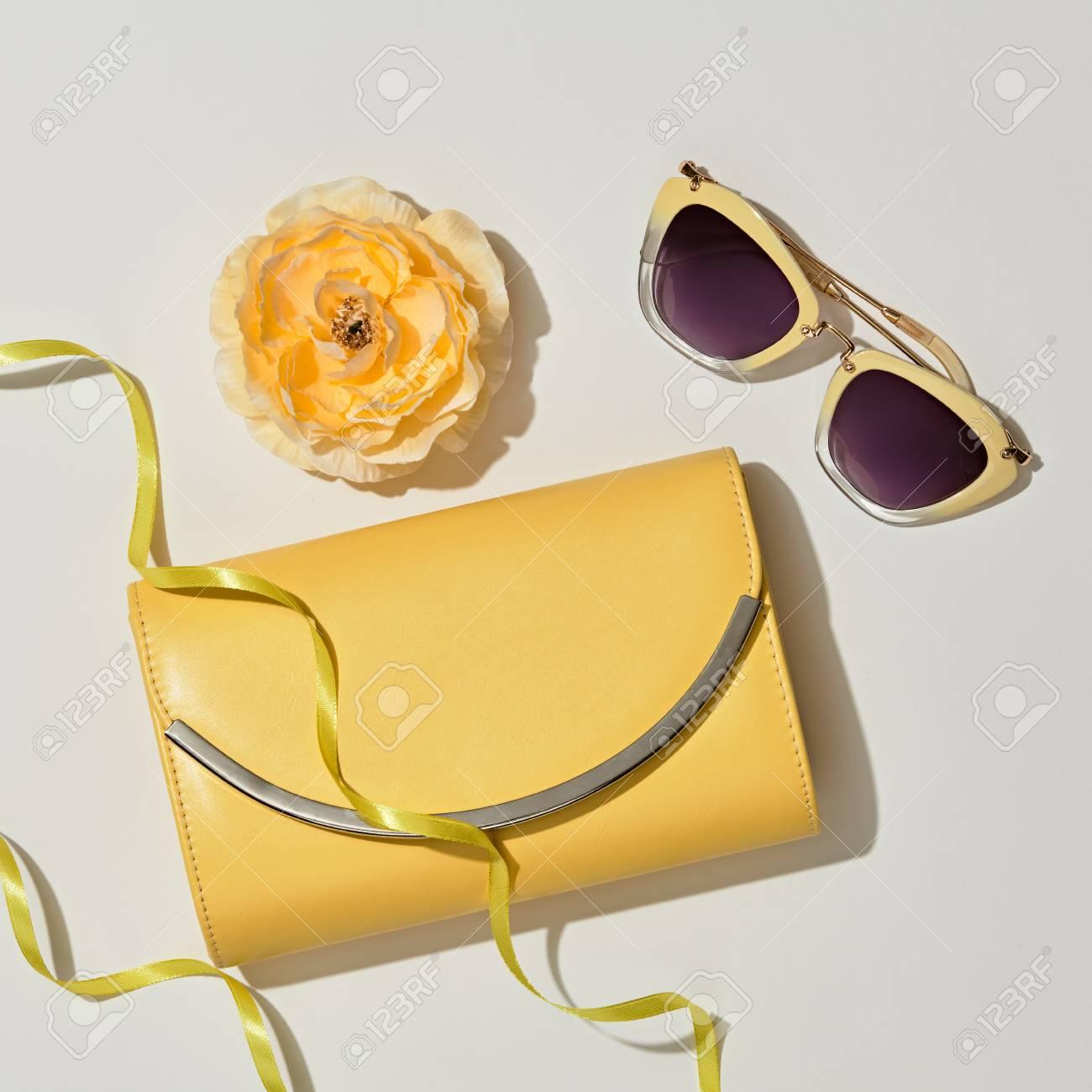 Soleil FemmeCouleur D'accessoires Sac À GlamourFleurDame PoserPochette Jaune Ensemble La De Mode PastelPlat MainLunettes dCQxshrtB