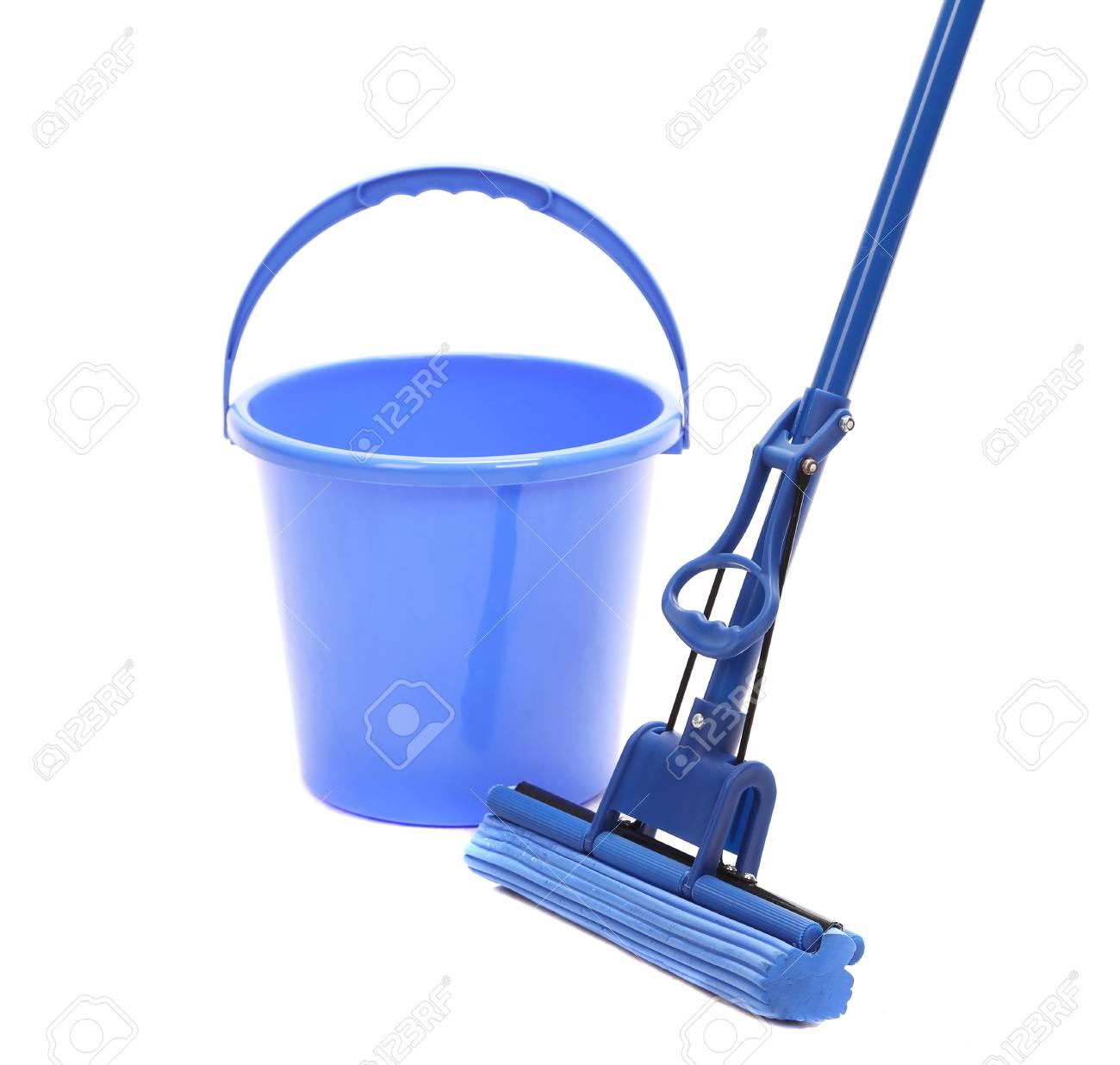 Laver le sol avec des outils de nettoyage. Isolé sur un fond blanc.