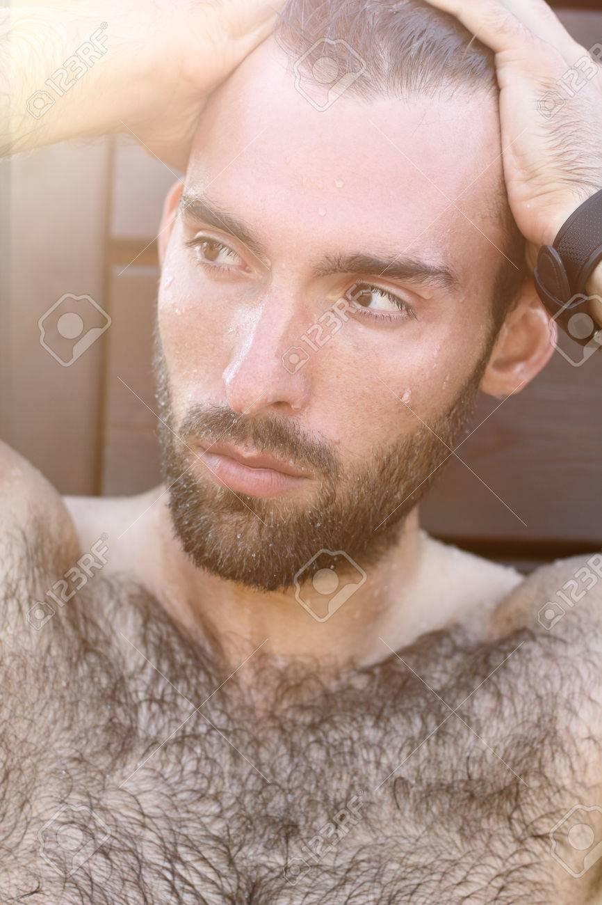 ひげと口ひげの茶色の濃い目の а...