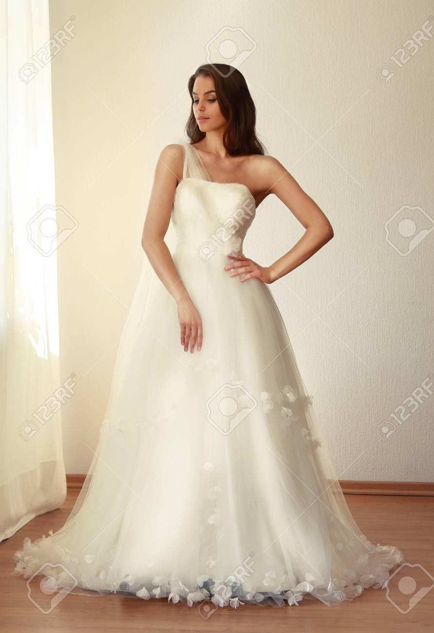 Schöne Braut In Einem Wunderschönen Weißen Brautkleid Aus Tüll Mit ...