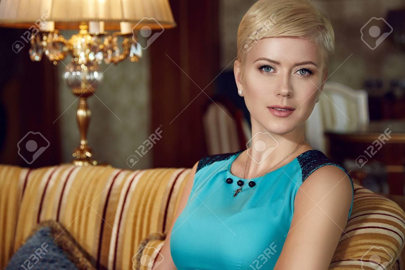 Blonde Exquise Jeune Cheveux Les Courts Avec Sexy Lampe Soirée Belle 5pwqq