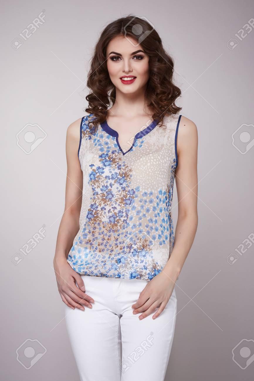 timeless design 37eca dc61f Jeans bianchi d'uso di bei giovani di affari del vestito dai capelli  castana d'uso sexy del vestito da sera della donna