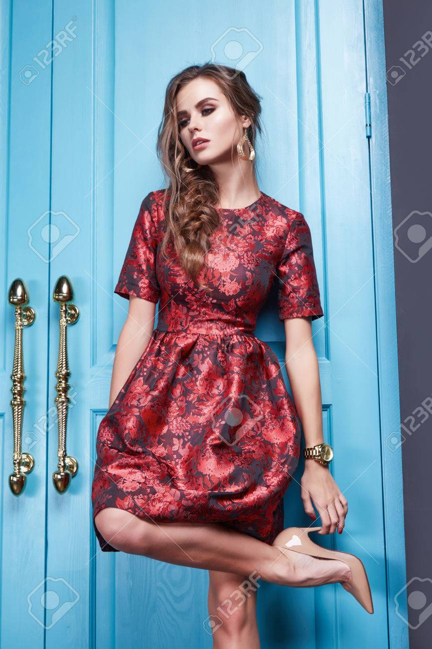 f4559d90615764 Schöne junge sexy Frau in intelligenten Abendkleid roten Kleid aus Seide  neue stilvolle Mode-Kollektion