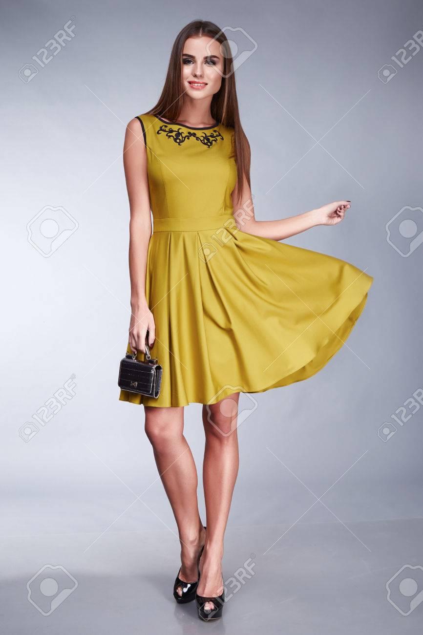 sexy schöne frau trägt ein kleid, accessoires schuhe mit hohen absätzen,  mode-stil design, make-up kosmetik frisur, schlanke körperform, kleidung