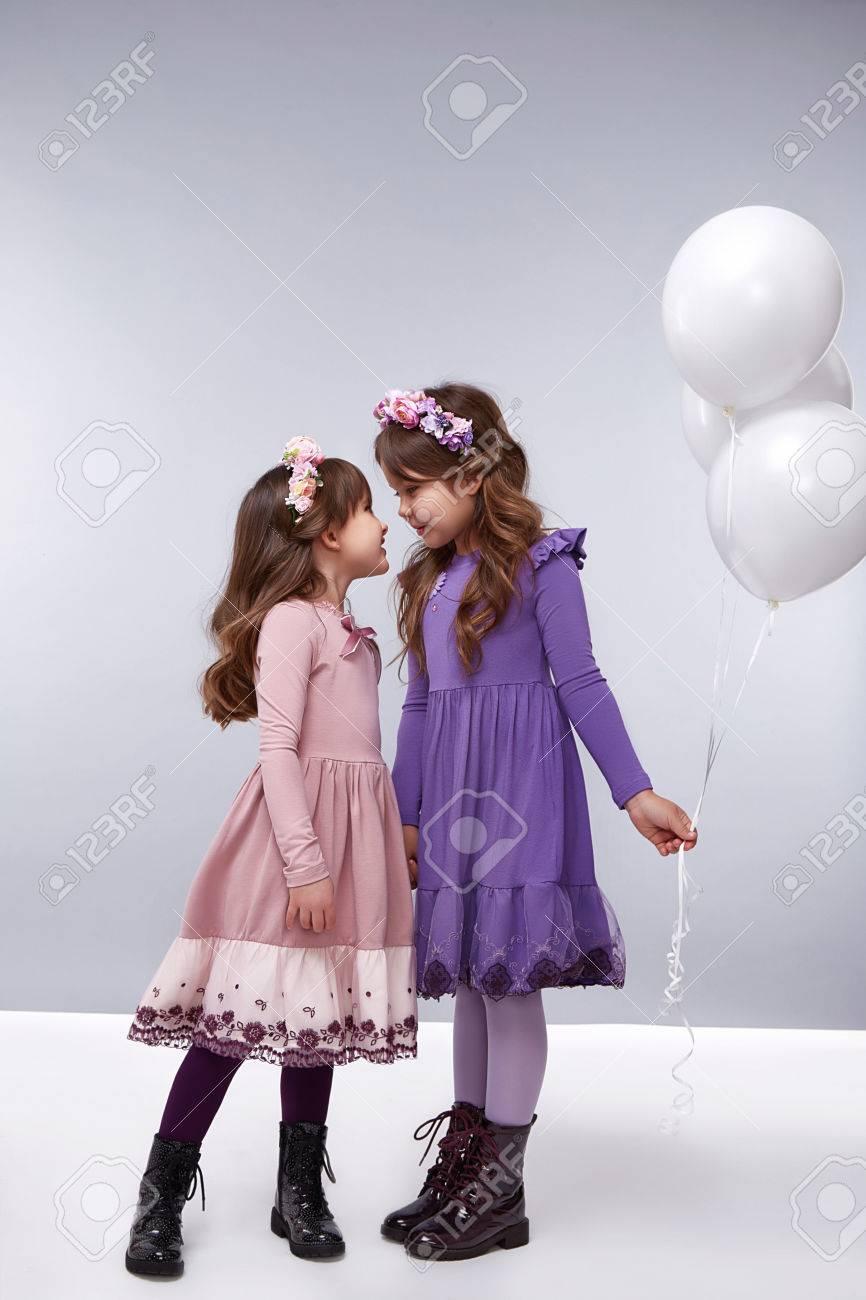 Las Niñas Novia Poco En Un Hermoso Estilo De Moda De Ropa Nueva ...