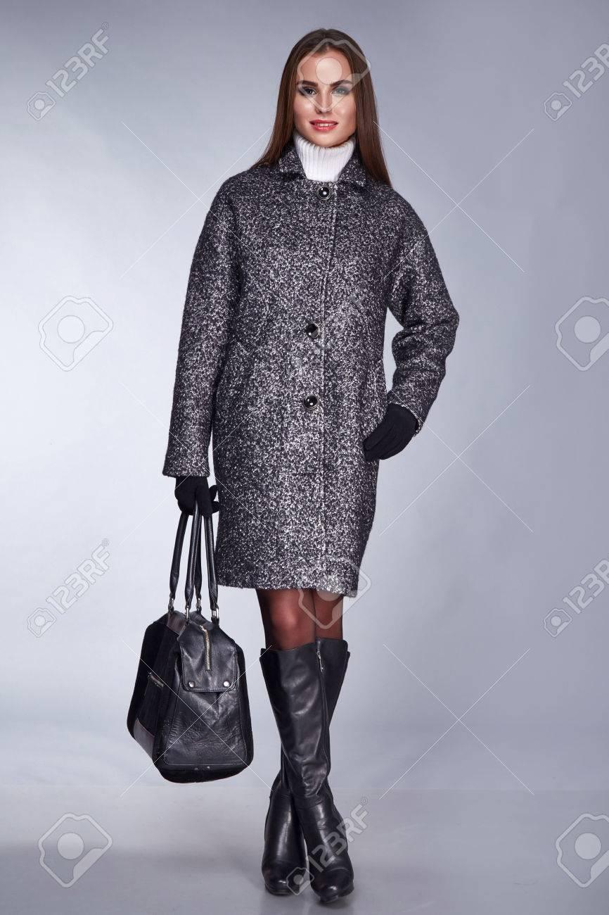 1a2cd96dd252 Belleza Elegante Dama De Lana Capa Colección Otoño Y Zapatos Negros De  Espuma Ropa De Negocios Mirada Del Estilo Ocasional De Encuentro Y De La  Mujer ...