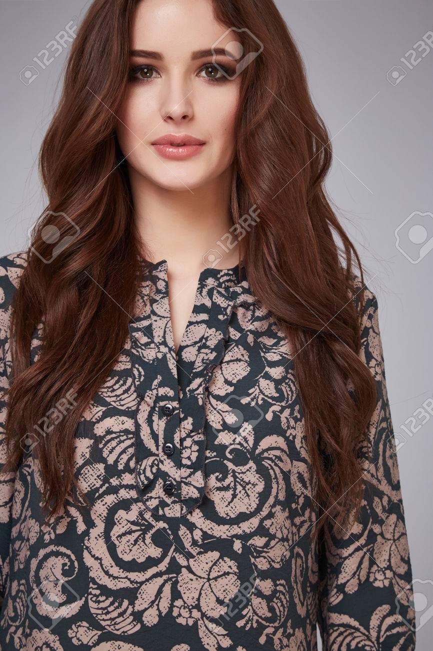 50735295d87 Portrait D une Belle Jeune Femme Séduisante Porter De La Soie Légère Robe  Chemisier Long Cou Cheveux Brunette