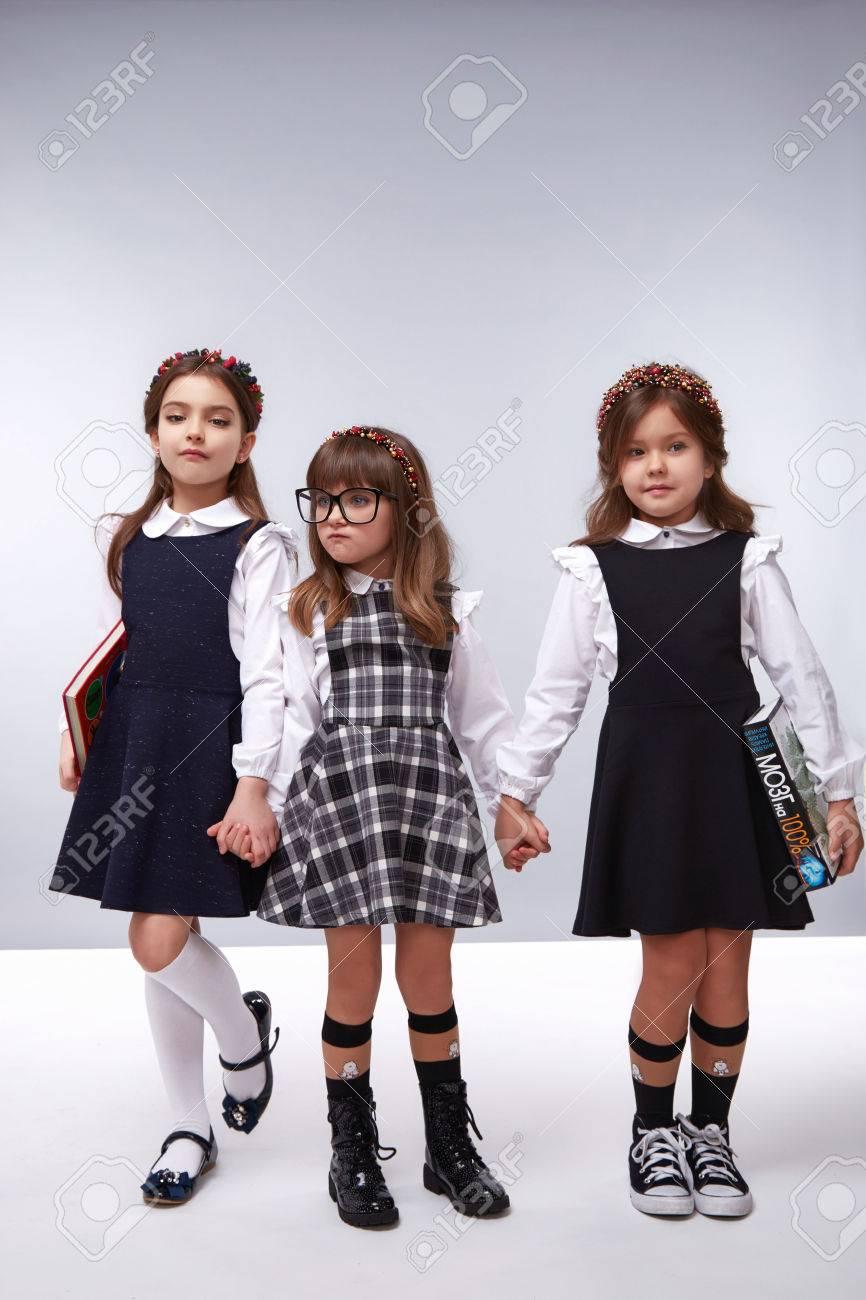 Kleine Mädchen, Die Besten Freunde In Einem Schönen Stil, Mode ...
