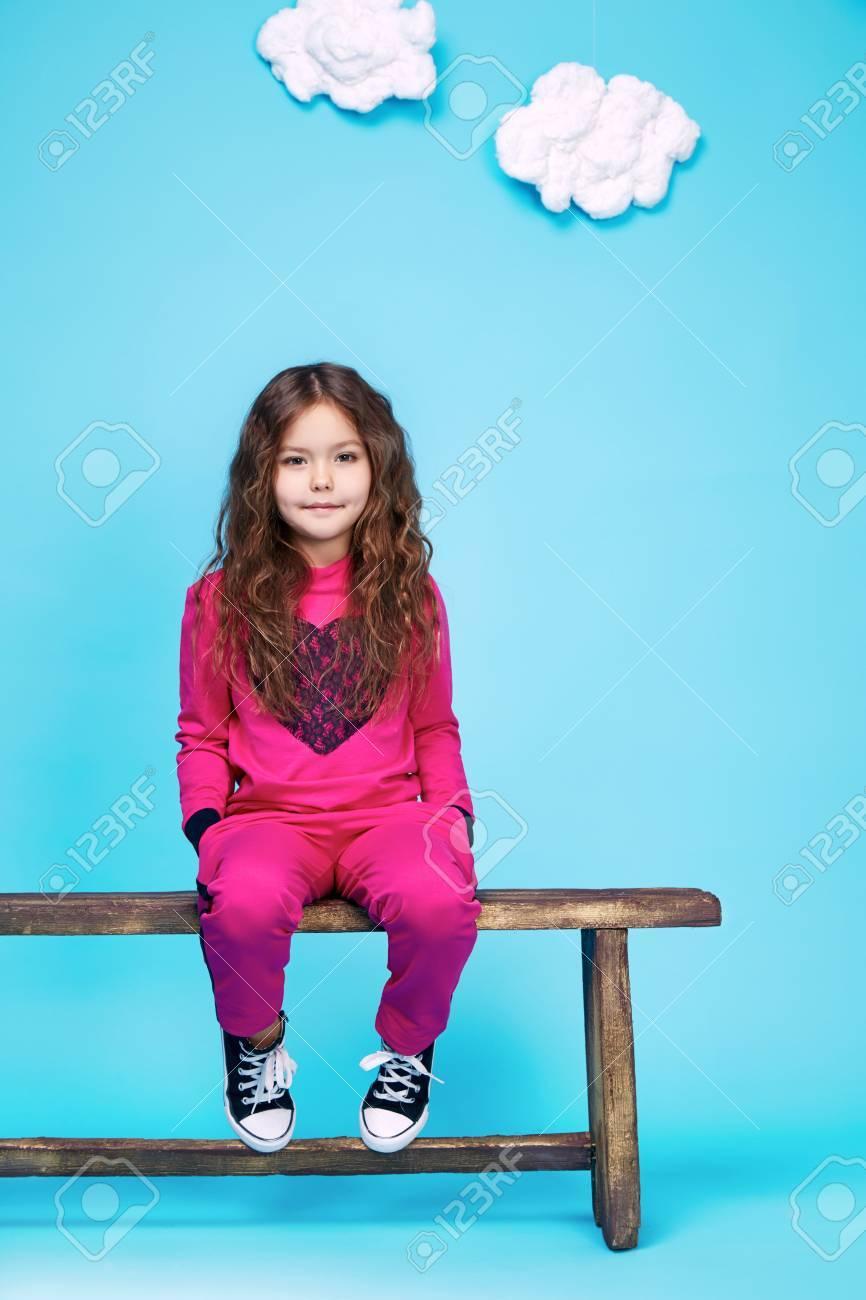 Kleines Mädchen In Einem Schönen Stil, Mode, Kleidung Sammlung Von ...