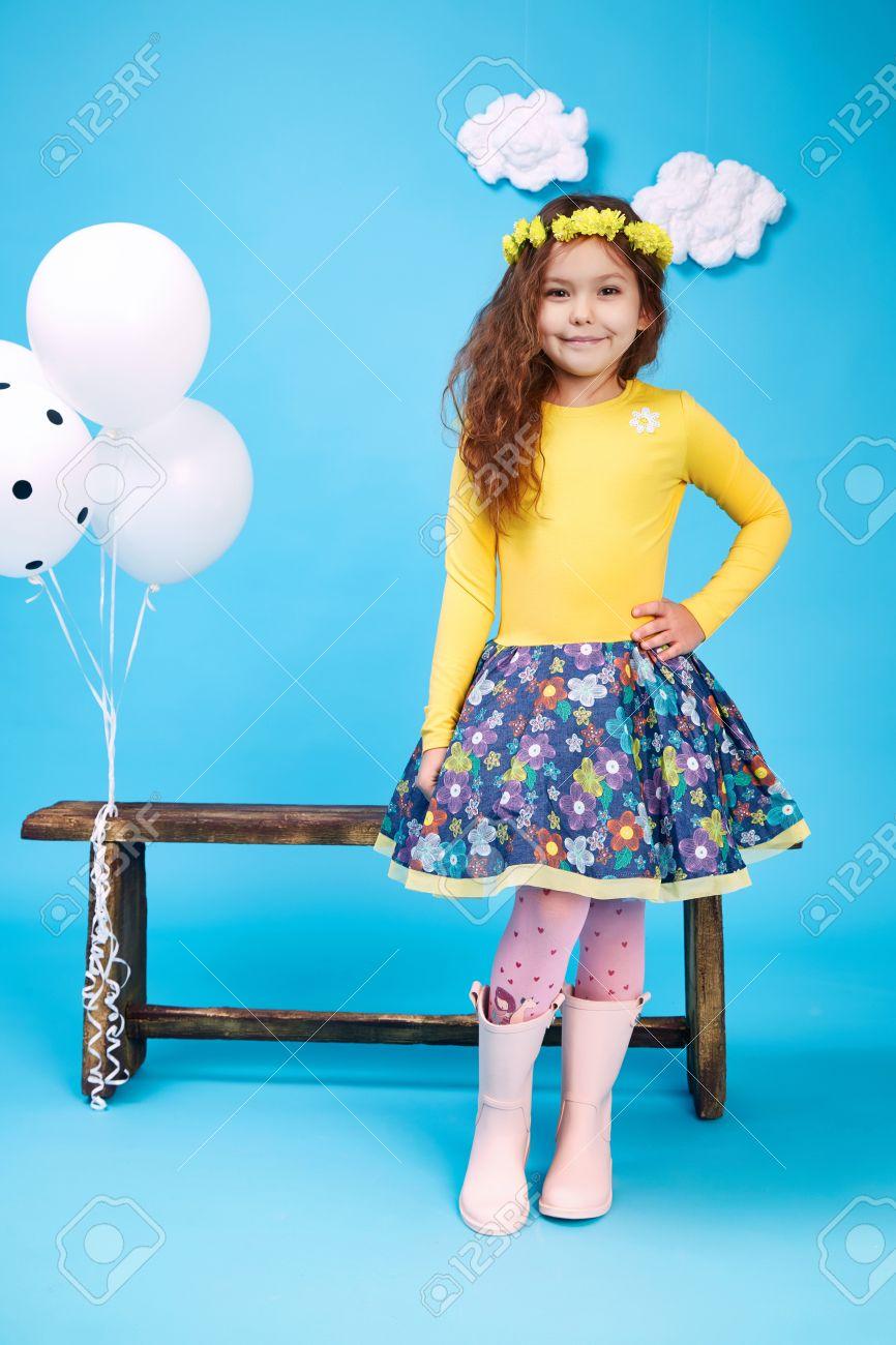 Kleine Kleine Schöne Ziemlich Nettes Mädchen, Dunkle Haare Hut Mit ...