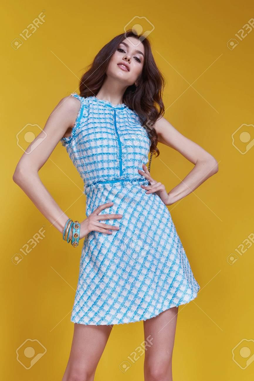 Kurzen Blauen Kleid Mit Kleinen Schaumbeutel Glamour Schön Sexy ...