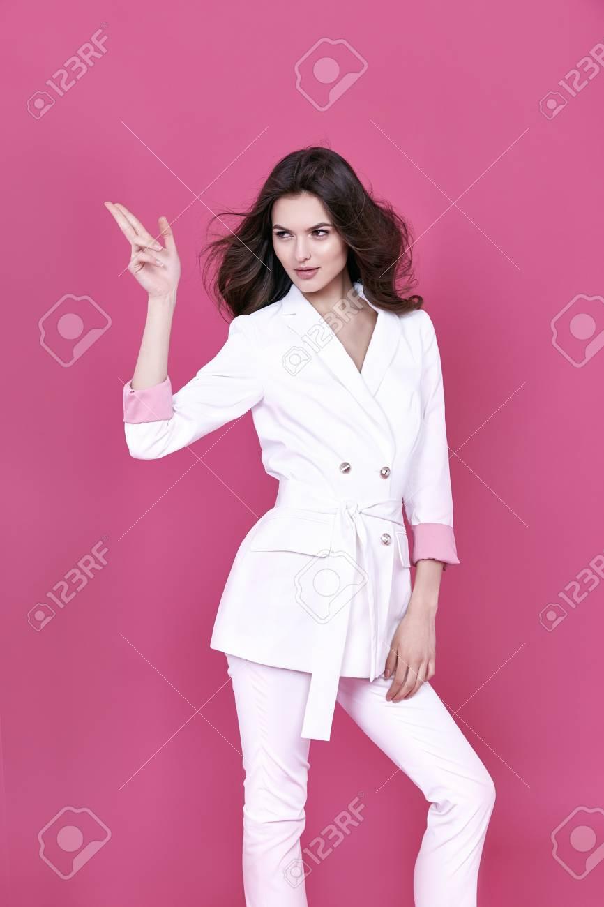 Glamour Moda Estilo Mujer Hermosa Ropa Sexy Chaqueta De Algodón Blanco Y  Pantalones De Moda Accesorio Modelo Pose Catálogo Colección De Ropa Casual  De ... 2f47df41b4d9