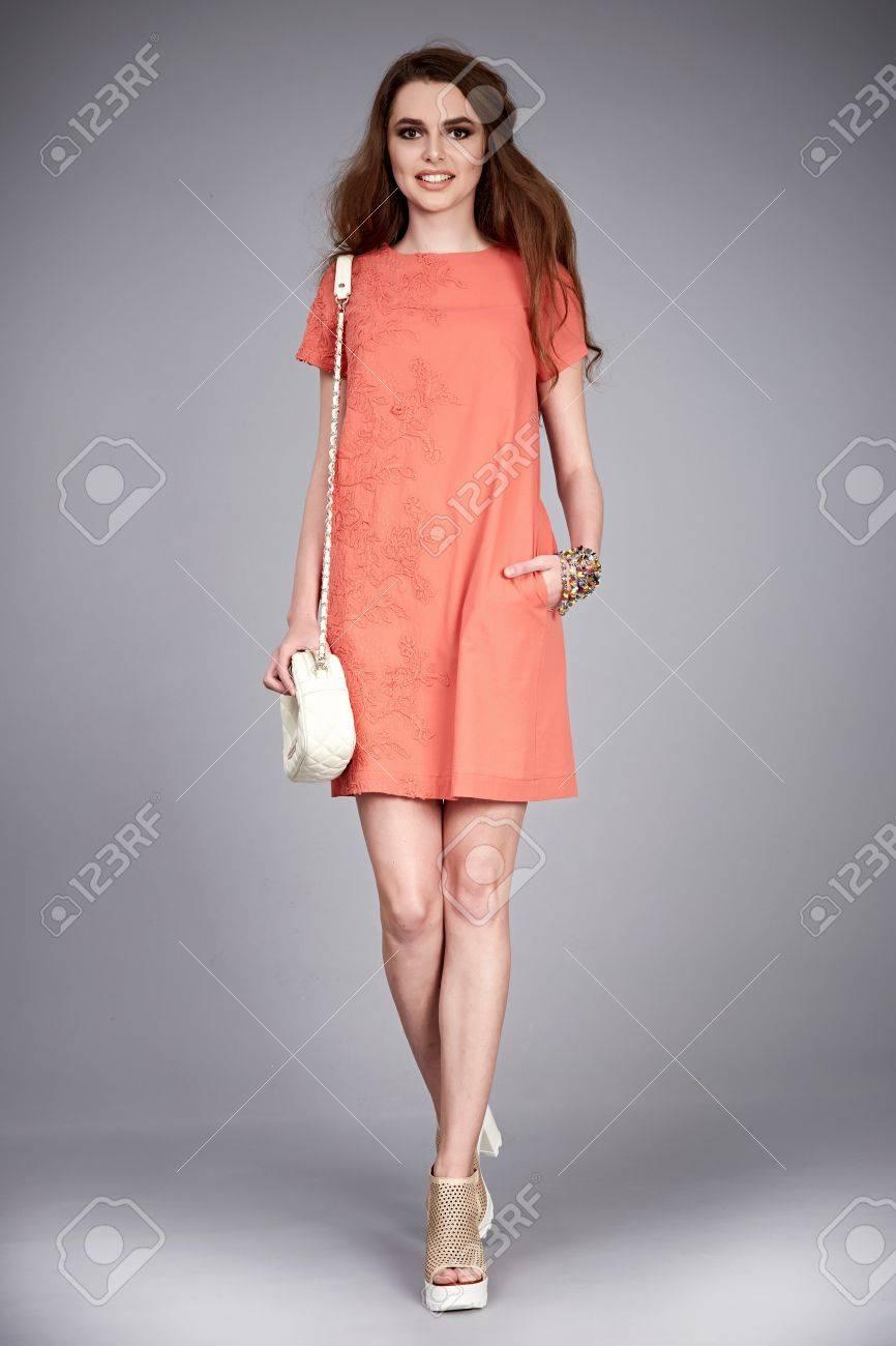 Sexy Gleichaltrige Frau Tragen Mode Kleidung Lässig Kleid Naturseide ...