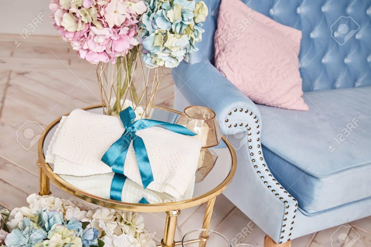 https://previews.123rf.com/images/indiraswork/indiraswork1605/indiraswork160500056/56931149-stelletje-prachtige-weelderige-geurige-hortensia-bloemen-staan-in-transparante-glazen-vaas-goud-geru.jpg