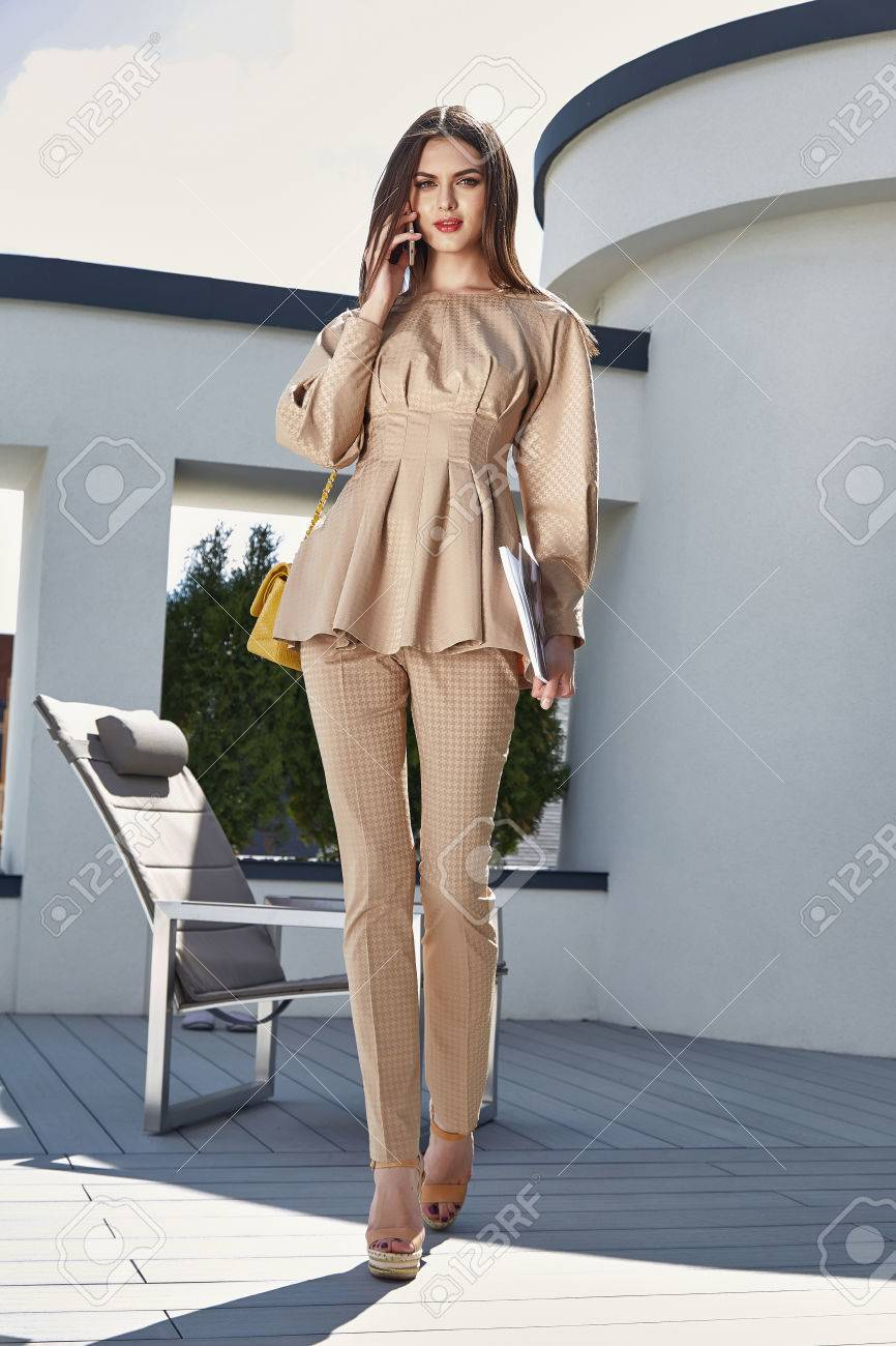 Glamour Fashion Dame Brünetten Haaren Stilvolle Sonnenbrille Trendy ...