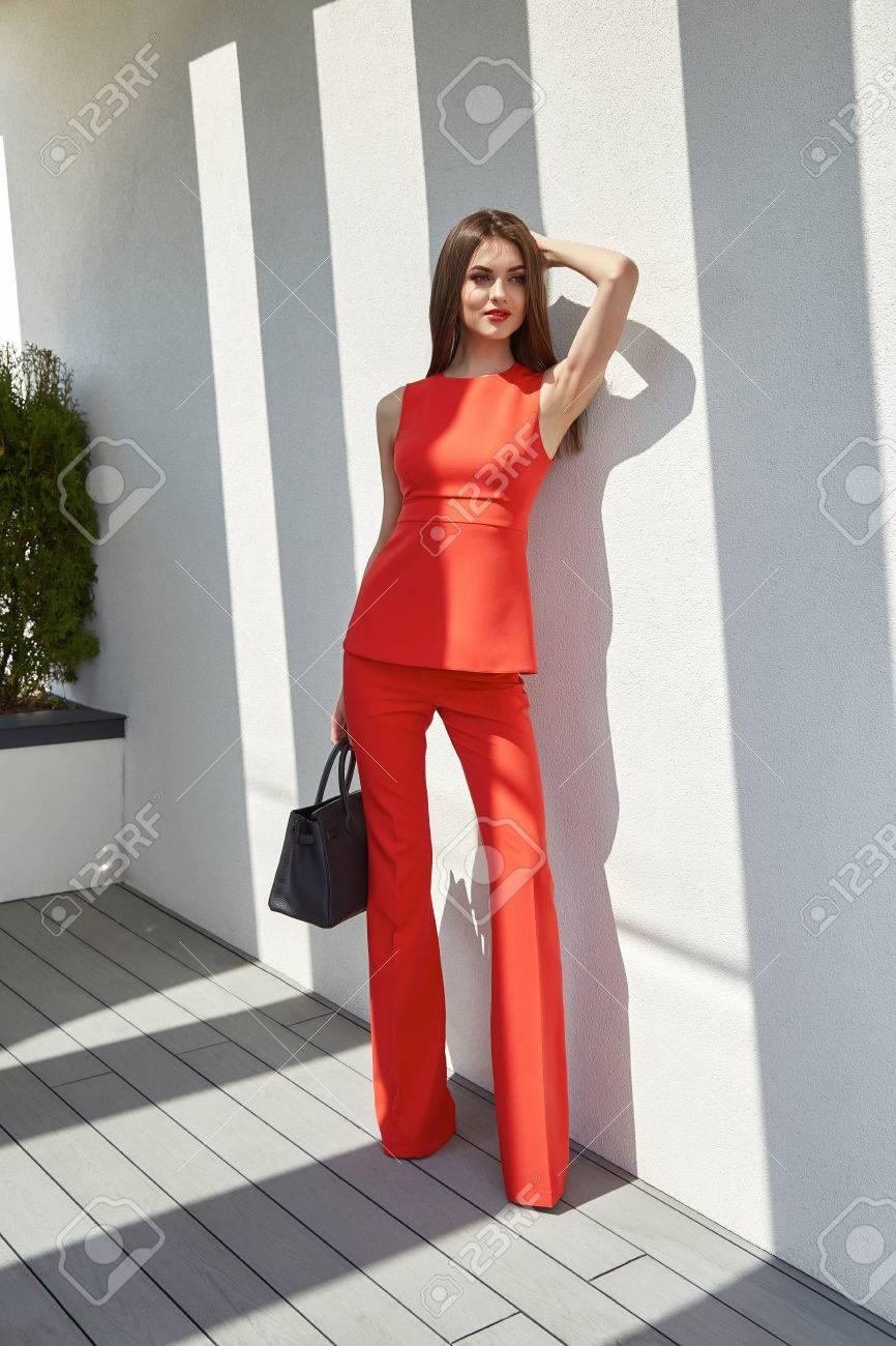 Atractiva Bella Modelo De Moda Mujer Desgaste Elegantes De Seda Del Traje  Pantalón Blusa Accesorio De Gafas De Sol Bolsa De Recogida De Ropa De  Verano ... c9ff226d9dd1