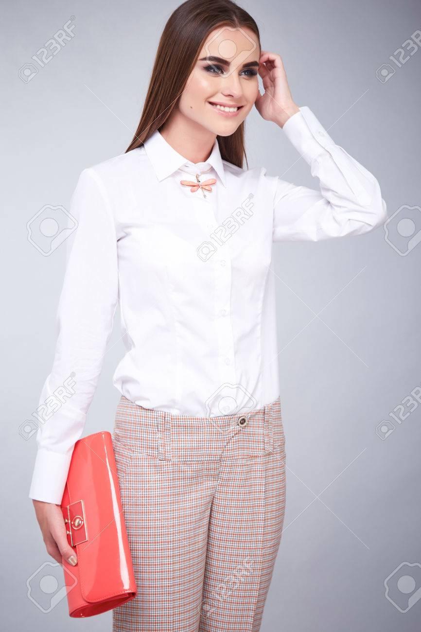 Estilo De La Manera Del Encanto De La Mujer Hermosa Ropa Sexy Blusa Blanca  De Algodón Y Pantalones Modelo De Accesorio De Moda Plantean Ropa Casual  Para La ... 08ddd5ceb6a