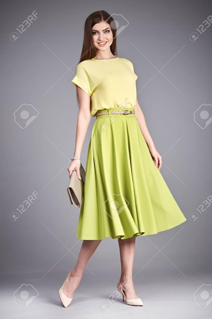 fc4d59bb2 Ropa de moda desgaste seda o blusa de algodón falda larga de moda catálogo  hermosa señora de la mujer atractiva del encanto morena pelo maquillaje ...