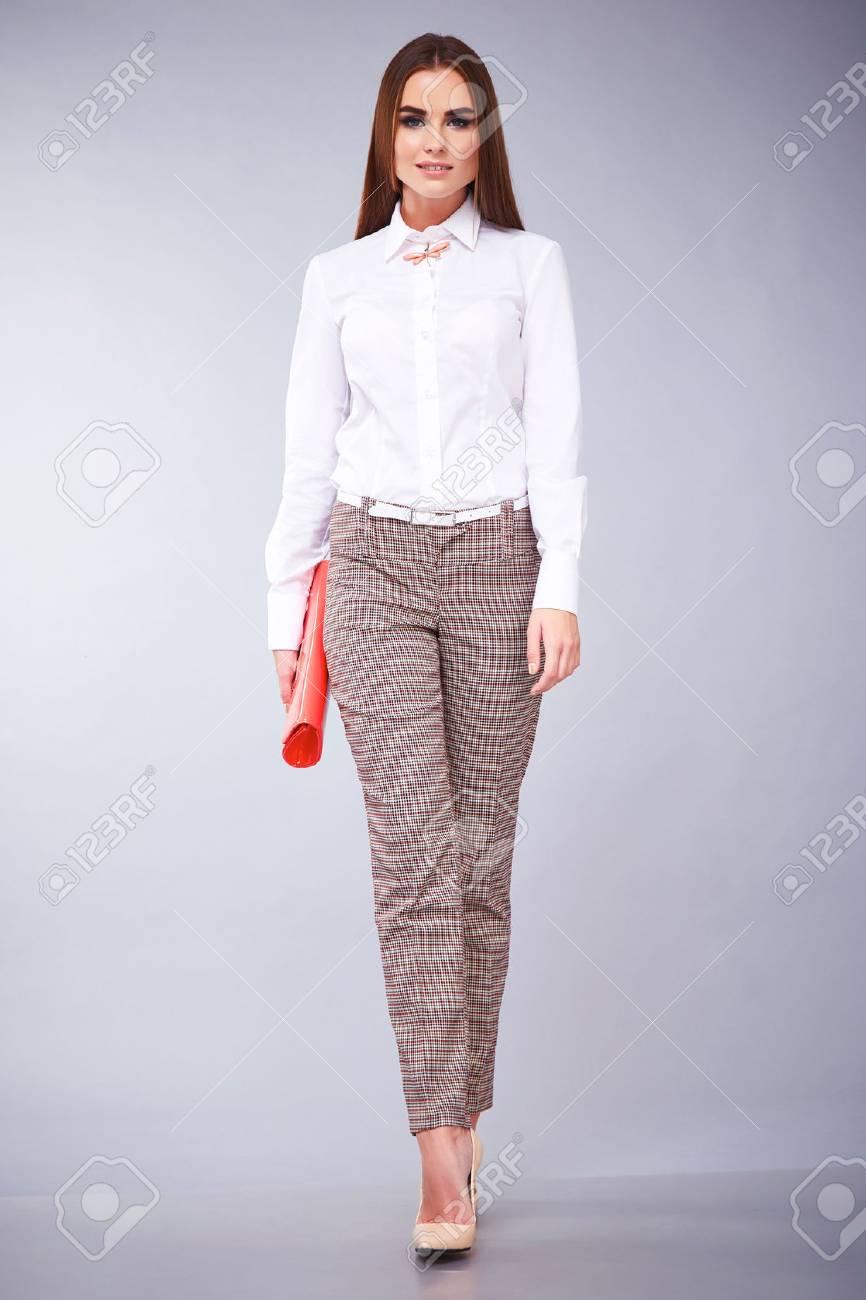 bd4c9caa6f Estilo De La Manera Del Encanto De La Mujer Hermosa Ropa Sexy Blusa Blanca  De Algodón Y Pantalones Modelo De Accesorio De Moda Plantean Ropa Casual  Para La ...