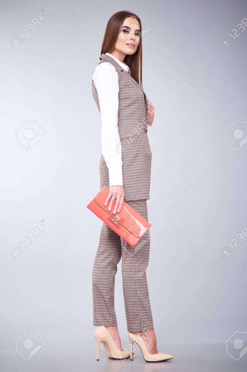 Estilo De La Manera Del Encanto De La Mujer Hermosa Ropa Atractiva De La  Chaqueta Blanca De Algodón Y Pantalones Modelo De Accesorio De Moda  Plantean Ropa ... 4005772977c