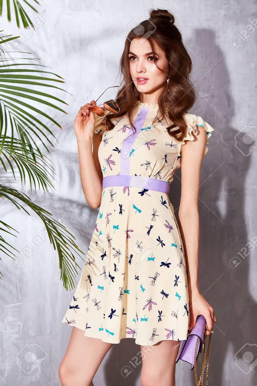 Beau Modèle Femme Usure Mode Sexy Style Robe De Design Glamour Pose  élégance Affaires Décontractée Célébrité Dame Party Time Sac Accessoire  Tendance Marque ... 9543f30ee02