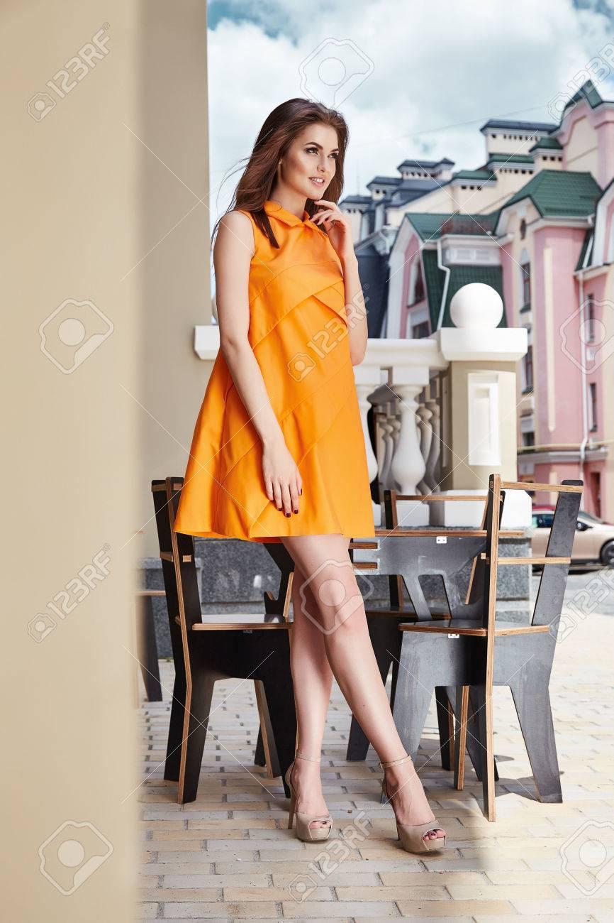 Sexy Schöne Frau Stilvolle Kleidung Orange Kleid Designer Mode ...