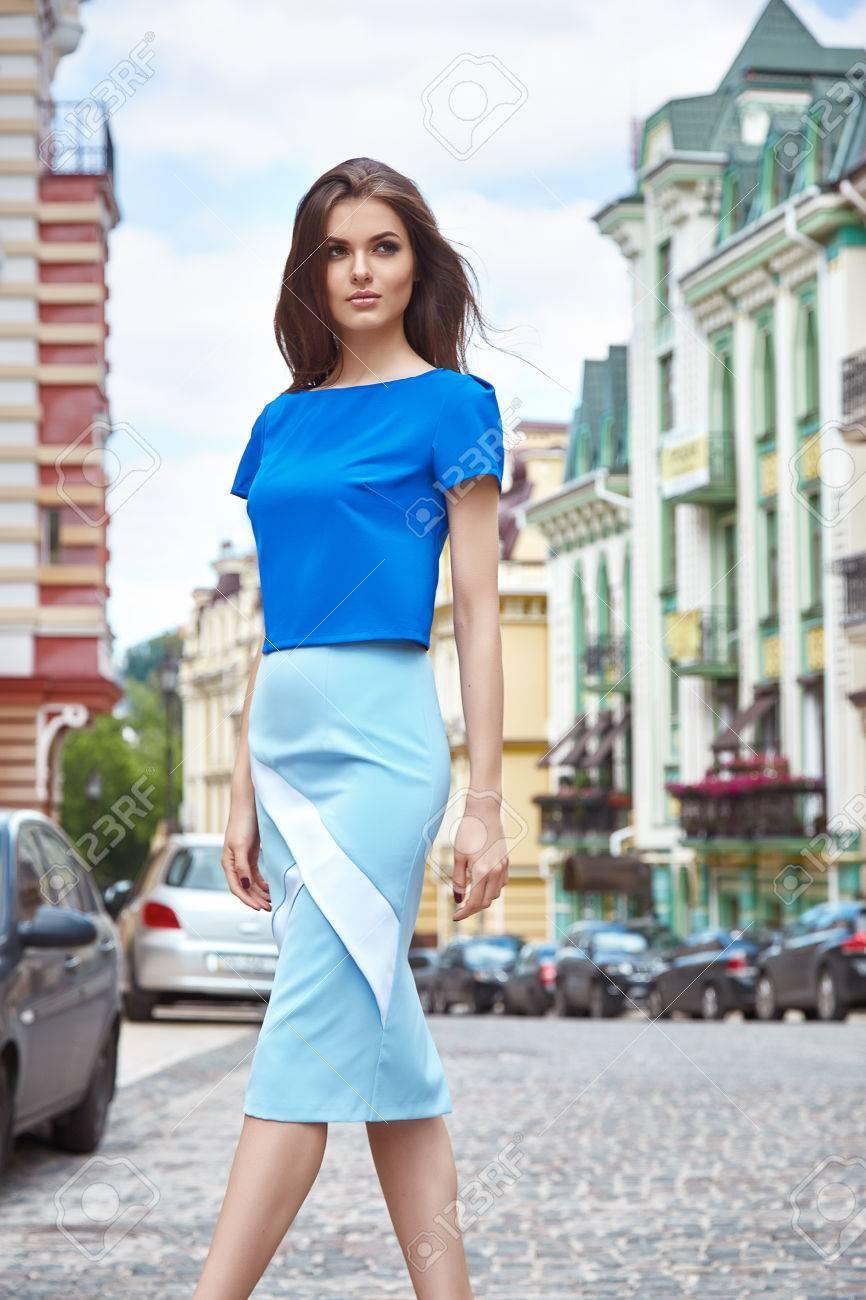 Sexy Schöne Frau Zu Fuß Auf Der Stadtstraße Gebäude Mode Luxus-Stil ...