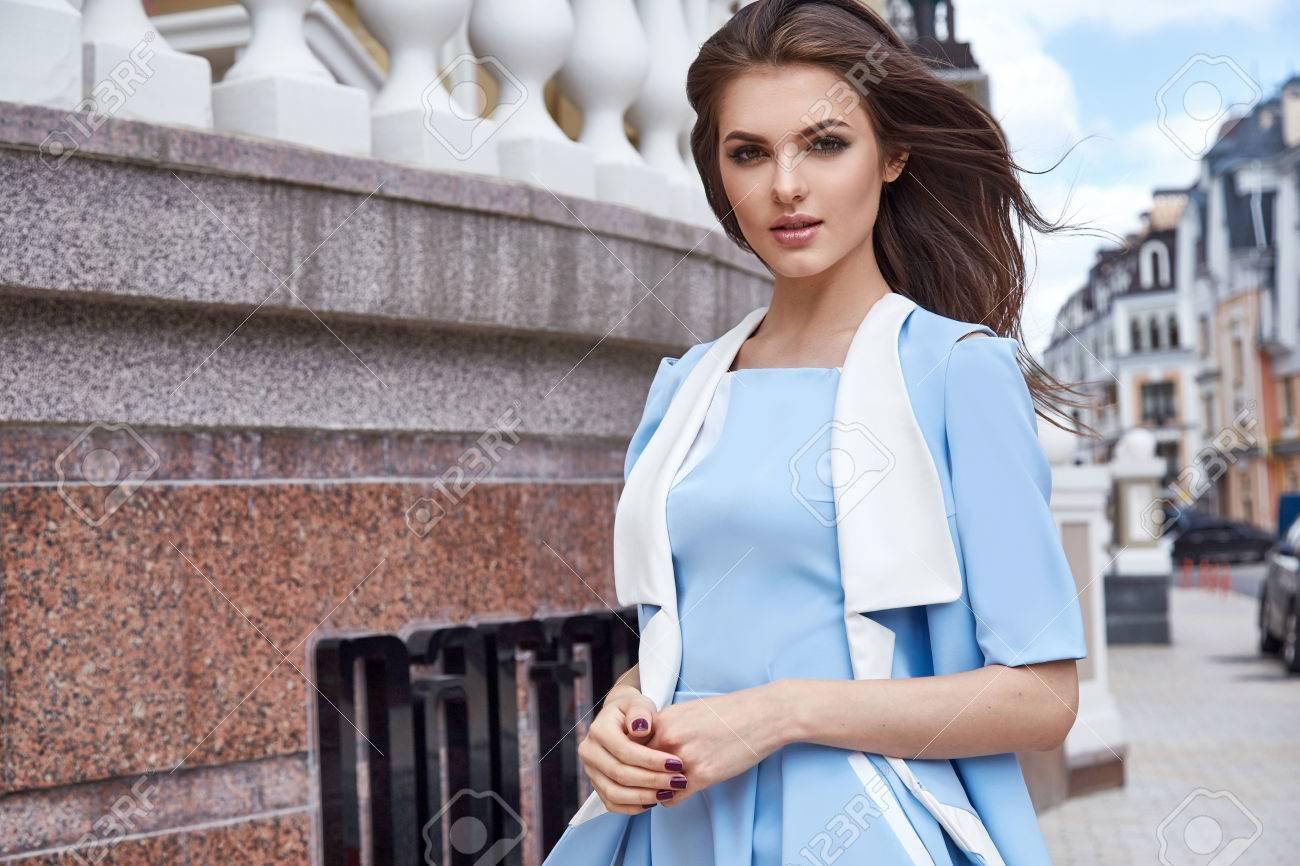 Sexy Schöne Frau Mode-Modell Glamour-Stil Kleidung Beiläufiges Kleid ...