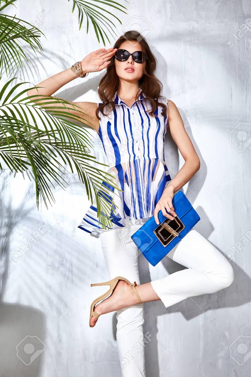 sexy schöne frau luxus schicke mode brandhandbag trendigen schmuck stil für  partei datum glamour sommer pose palm kleidung sammlung brünette haare