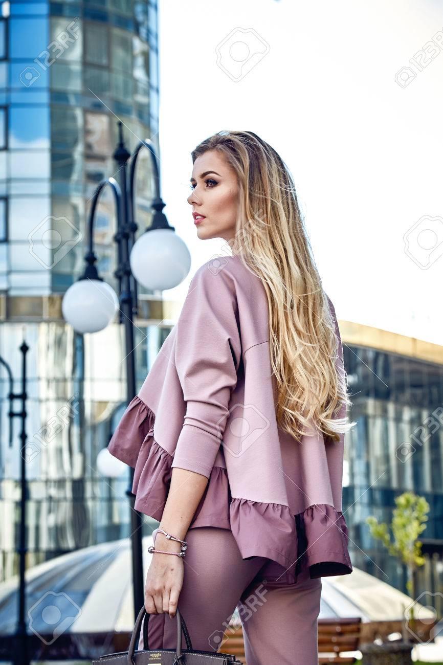 Schöne Sexy Mädchen Business-Frau Zu Fuß In Der Straße Stil Für ...