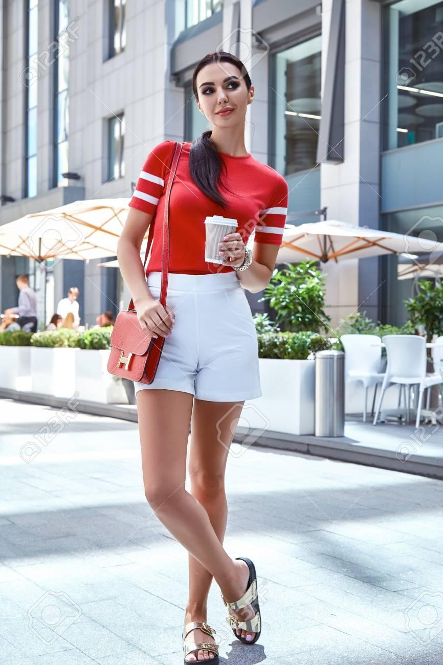 70d1121990 Colección Del Verano Atractivo Modelo De Mujer De Belleza Morena De Pelo  Largo Perfecto Protagonista Pie En La Ropa De Moda Estilo De La Calle  Desgaste De ...