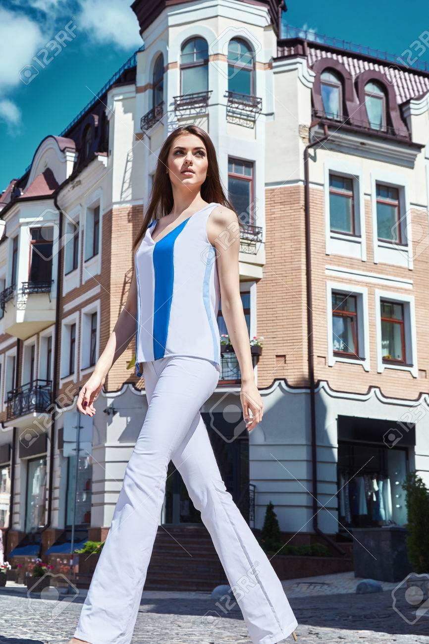 51058afc601d Sexy bella donna passeggiata sullo stile di lusso della moda costruzione  della città strada per data festa glamour posa vestiti estivi collezione  bruna ...