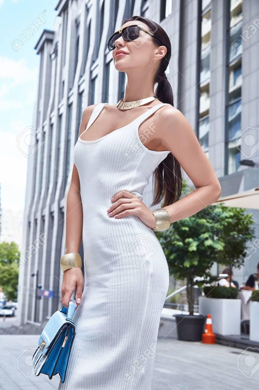 Schöne Sexy Modell Frau Stilvolle Art Und Weise Kleidet Partei Datum ...