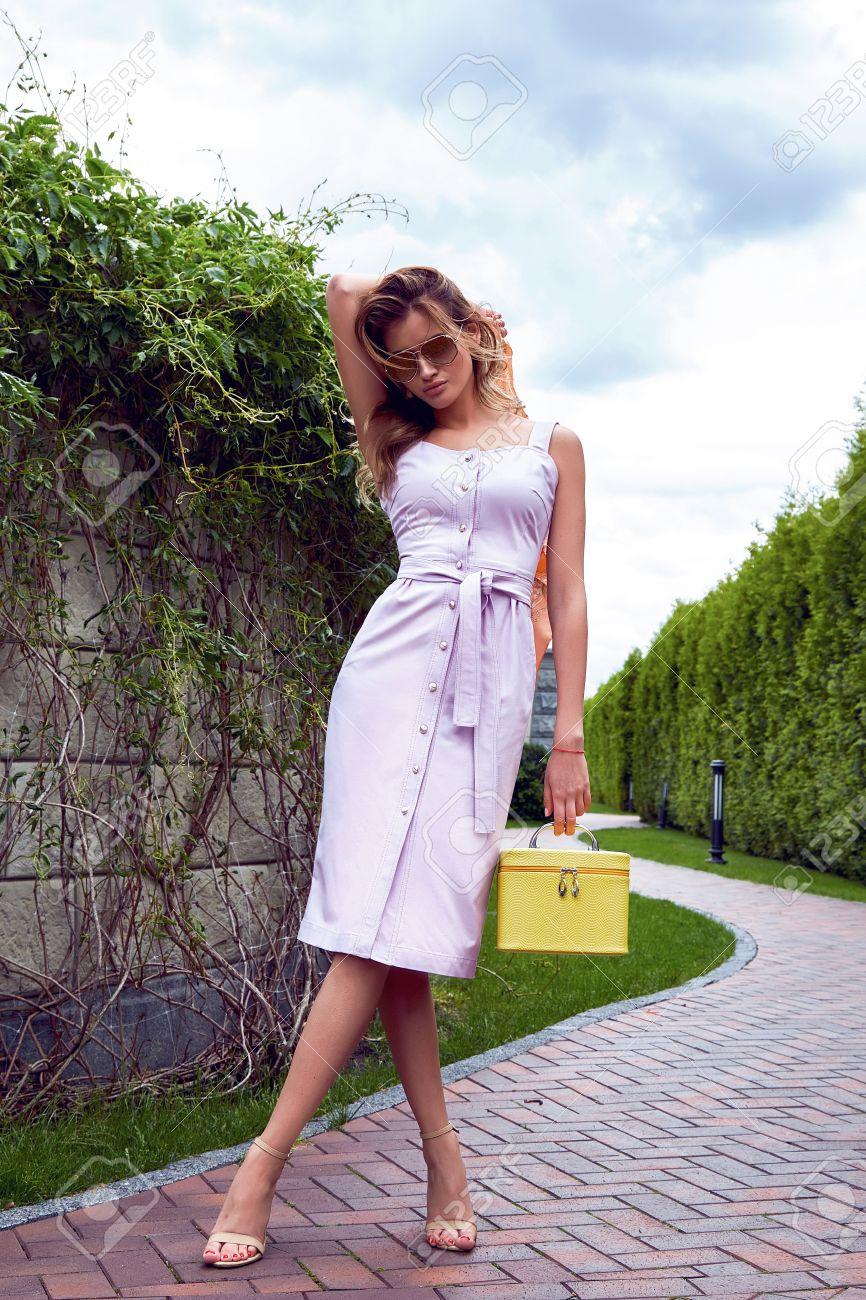 Schöne Reizvolle Blonde Frau Make-up Tragen Stilvolle Kurzen Kleid ...