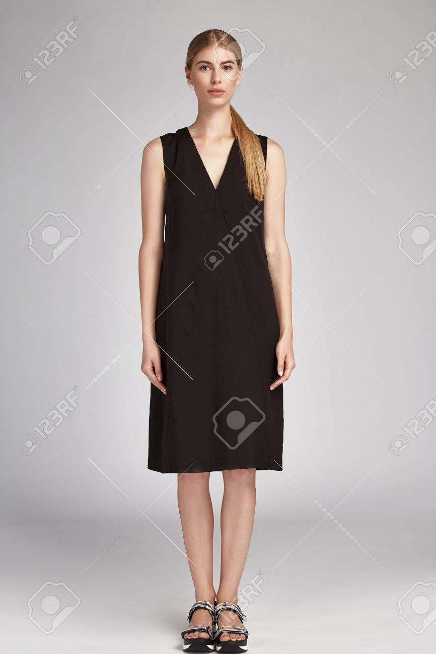 Schöne Glamour Sexy Frau Blonde Haare Tragen Lange Schwarze Seide ...