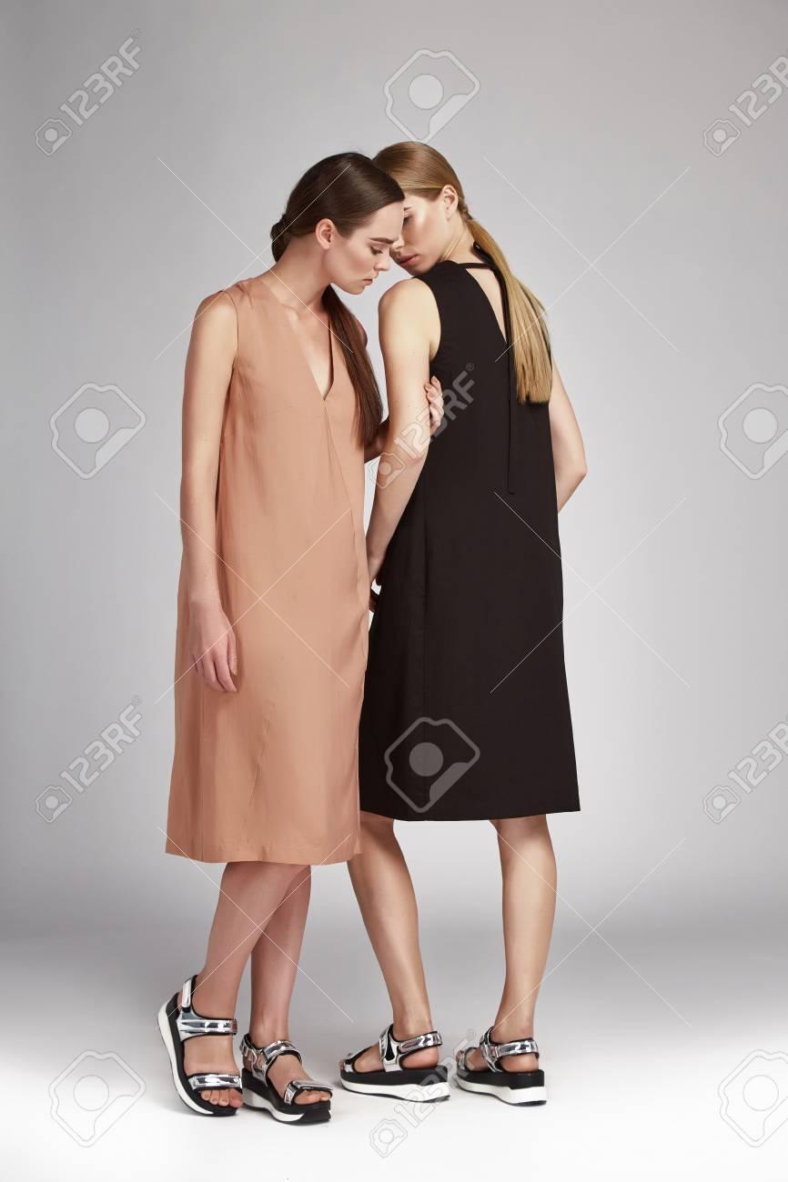 Schöne Mode Sexy Zwei Frau Brünette Und Blonde Haare Make-up Tuch ...